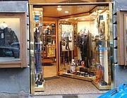 Via Due Macelli, un negozio d'abbigliamento aperto a Natale (Zanini)