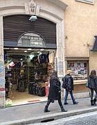 Un negozio di souvenir in via Due Macelli (Zanini)