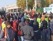 Addetti a smistamento e consegne in sciopero davanti a una sede Sda