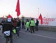 Uno striscione contro le condizioni contrattuali dei «lavoratori schiavi»