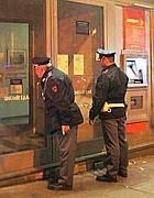 Agenti davanti ai vetri (Proto)