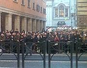 La folla di fronte al Senato