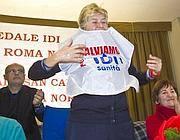 Susanna Camusso indossa il fratino della protesta dei lavoratori Idi (foto Jpeg)