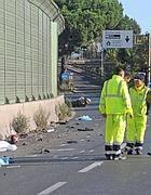 Pulizia di una strada dopo un incidente (foto Mario Proto)