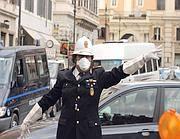 Un vigile con mascherina anti-smog a Roma (Ansa)