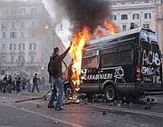 L'incendio del blindato dei carabinieri (Omniroma)