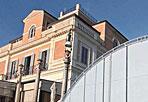 Casina Valadier oscurata - La tensostruttura spuntata a Villa Borghese nei pressi della Casina Valadier ha l'autorizzazione della Sovrintendenza.  Numerose sono stata le proteste dei cittadini giunte anche nella nostra redazione, ma dal sopralluogo dei vigili non si è potuto che constatare la «regolarità» della costruzione temporanea. L'assessore Corsetti ha comunque promesso approfondimenti: «E' chiaro che nel momento in cui da tempo ci concentriamo su occupazioni di suolo pubblico, è corretto affrontare questa questione» (Foto Jpeg)