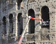 Un intervento di sicurezza sulla facciata nord del Colosseo (LaPresse)