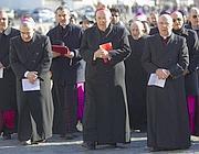 Il cardinale vicario di Roma Vallini porta i sacerdoti dal Papa (Ansa)