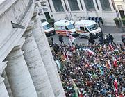 Ambulanze ai margini del colonnato del Bernini in San Pietro (Jpeg)