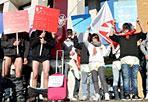 Cervelli «in mutande» - Un flash mob davanti ai cancelli dell'università La Sapienza, in Piazzale Aldo Moro. gli studenti e i giovani aderenti al movimento «Fare per Fermare il declino» hanno protestato in mutande e con la valigia in mano per  denunciare «il completo stato di abbandono che le politiche hanno riservato loro relegandoli nella sfera degli inoccupabili». La Regione Lazio - chiedono - deve incentivare il più possibile il collegamento tra università e le imprese del Lazio poiché necessario all'economia della Regione già fiaccata da tasse e crisi economica (foto Omniroma)