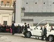 Benedetto XVI arriva sul sagrato in papa-mobile