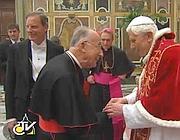 Il papa mentre saluta uno ad uno i cardinali (Ansa)