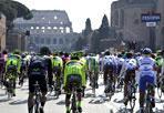 La gara - Via dei Fori Imperiali invasi da ciclisti per la gara Maxima (Omniroma)