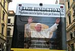 Omaggio a Ratzinger - Sulle strade di Roma gira l'immagine di Benedetto XVI: è un omaggio a Ratzinger, Papa Emerito, sui pullman dell'opera romana pellegrinaggi (Foto Ansa)