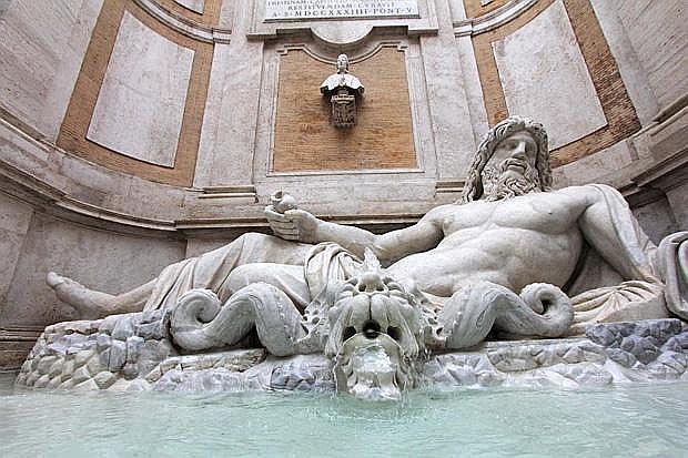 Il restauro  - La fontana del Marforio nel cortile del Palazzo Nuovo dei Musei Capitolini torna al suo originario splendore. Iniziato lo scorso settembre, dopo poco più di sei mesi  è finito il restauro che ha riguardato sia la statua che la fontana, oltre alla parete retrostante dell'opera. Centomila euro il costo complessivo dell'intervento interamente finanziato da Swarovsky. Nessuna targa per l'azienda sull'opera, solo la palina informativa posta accanto alla fontana ne riporta il nome.  (Jpeg)