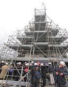 I ponteggi montati per il restauro della Piramide Cestia