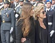 La moglie Adriana e la figlia Manuela davanti alla bara (LaPresse)