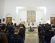 Il papa celebra Messa nella cappella del carcere (Ansa)