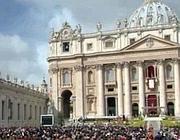 La folla alla messa di Pasqua in piazza San Pietro