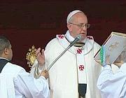 Il Papa apre la messa pasquale