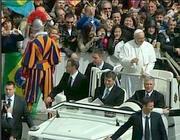 Papa Francesco tra la folla in San Pietro dopo la messa pasquale