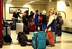 Tutti a Roma - Sono circa 600.000 i passeggeri stimati in transito su Fiumicino e Ciampino in questi giorni di Pasqua. E la novità di quest'anno sono i numerosi passeggeri in arrivo dal Sudamerica, in particolare da Argentina e Brasile, in occasione della prima Santa Messa di Pasqua di Papa Francesco. Al «Leonardo da Vinci», hanno fatto sapere Aeroporti di Roma, i  picchi giornalieri di traffico di viaggiatori superano i 120.000. E per gli italiani le mete preferite per le partenze, sono le capitali europee, destinazioni velocemente raggiungibili (Foto Ansa)