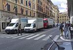 Invasione di camion - In via Volturno angolo via Gaeta ogni giorno i camion di una ditta di pulizia dei tanti hotel della zona insieme con i pullman in attesa dei clienti degli alberghi occupano un'intera carreggiata. Lo denuncia un cittadino, Fabrizio Renzi, che ha inviato la foto al nostro giornale