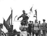 Mussolini sul palco, dietro di lui, in prima fila, il generale Graziani