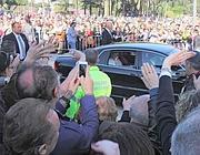 L'auto del Papa passa tra la folla (foto Jpeg)