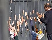 Le mani della folla sulle recinzioni della basilica  di San Paolo (foto Jpeg)