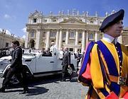 Papa Francesco su un'auto scoperta in San Pietro (Eidon)