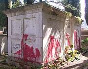 La tomba di Graziani,  nel cimitero vecchio di Affile, imbrattata con vernice rossa (Ansa)