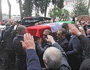Il feretro di Buontempo avvolto nel Tricolore e i saluti romani (Jpeg)