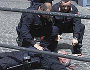 Il brigadiere Giuseppe Giangrande a terra dopo la sparatoria (Eidon/Coli)