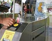 Un biglietto Bit inserito al varco di una stazione metrò a Roma (Eidon)