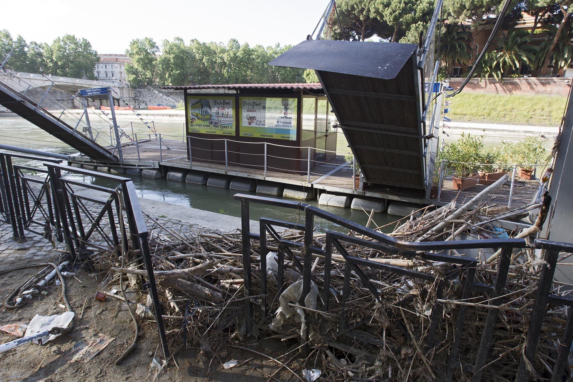 Rami, tronchi, plastica: un imbarco inaccessibile