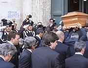 La bara con la salma di Andreotti entra in chiesa (Lapresse)