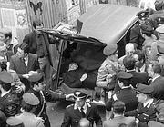 Il ritrovamento del cadavere di Aldo Moro, il 9 maggio del 1978 (Ansa)