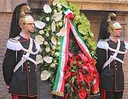 La corona di fiori sotto la lapide  in ricordo di Moro in via Caetani (Jpeg)