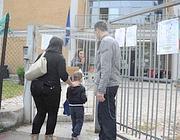 I bambini entrano a scuola (foto Proto)