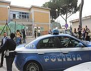 La polizia davanti alla scuola (foto Proto)
