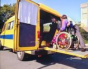 Il trasporto di un disabile (Fotogramma)