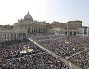 La folla record su piazza San Pietro (Ap)