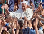 Il Papa tra la folla (Afp)