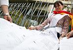Catia super precaria - Dopo 12 anni e 27 contratti a termine con la Coop, Catia Bottoni si è incatenata per protesta (nella foto Jpeg) alla sede dell'Associazione nazionale delle cooperative di consumo, in via Guattani, al Nomentano, «vestita» dei suoi numerosi contratti a termine. A giugno scadrà l'indennità di disoccupazione e Catia deve provvedere a tre figli e a pagare una rata del mutuo di quasi mille euro. La sua storia e quelle di tanti altri precari della grande distribuzione sono state recentemente raccontate da Corriere.it con una video inchiesta (leggi l'articolo e guarda il Video)