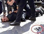 Preiti bloccato a terra e la pistola poco distante (Ansa)