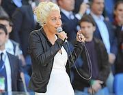 Malika canta l'inno