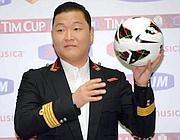 Il cantante rap Psy posa col pallone della Tim Cup