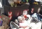 Sos monnezza - La foto giunta in redazione da una lettrice mostra come a Roma non solo c'è un'emergenza raccolta rifiuti ma è evidente dal difficoltà per la raccolta differenziata (foto Luisa Poddighe)